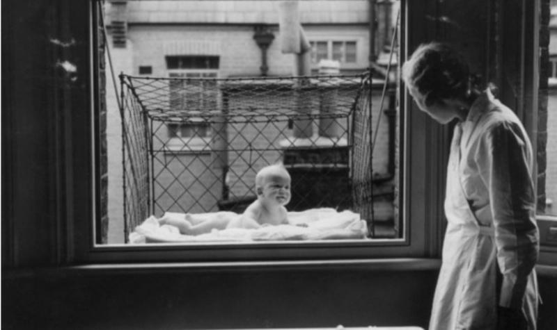 Ένα κλουβί για μωρά. Αυτά διανέμονταν όντως στα μέλη του Chelsea Baby Club στο Λονδίνο που δεν είχαν κήπο στο σπίτι τους.