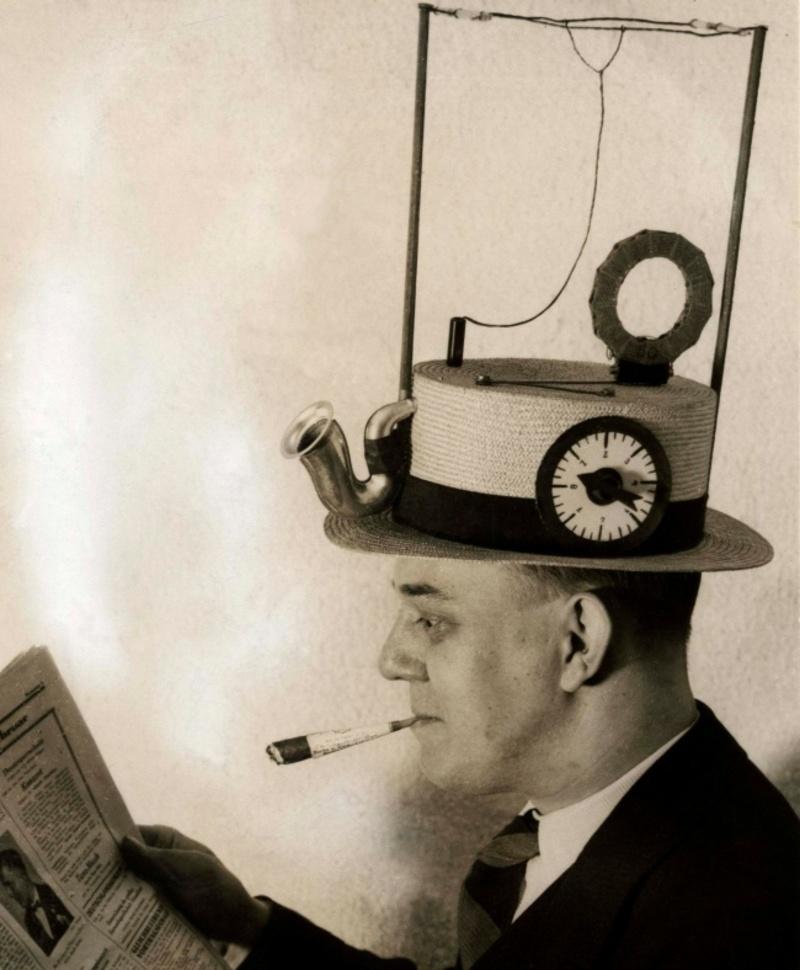 Σήμερα μπορούμε να ακούσουμε μουσική, να δούμε ταινίες και να διαβάσουμε τις ειδήσεις από τα smartphones μας. Τα παλιά χρόνια όμως, αν ήθελες να είσαι ενημερωμένος πάντα, μπορούσες να φορέσεις ένα καπέλο...ραδιόφωνο.