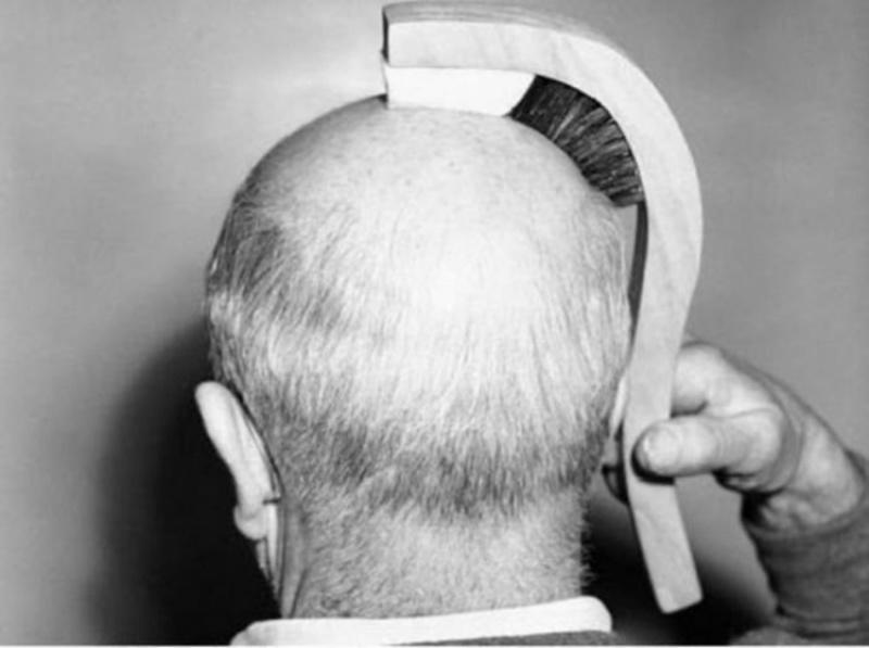 Μια βούρτσα που γυαλίζει το φαλακρό μέρος του κεφαλιού και ταυτόχρονα χτενίζει τα μαλλιά που έχουν μείνει.