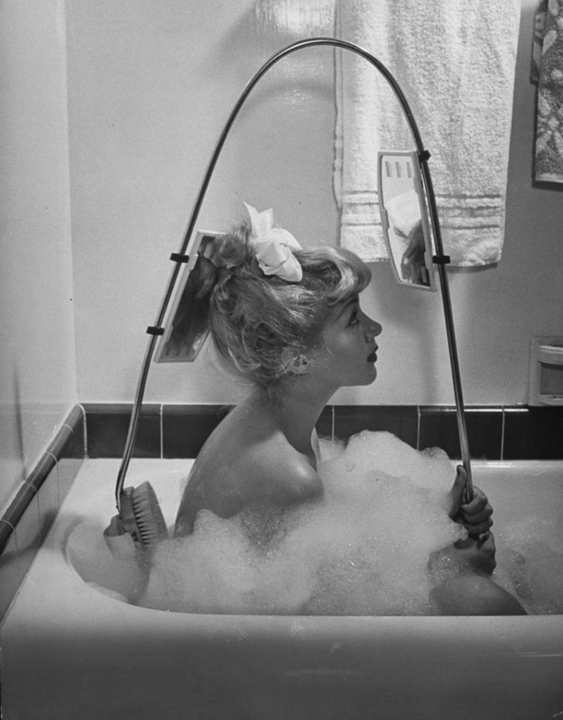 Μια βούρτσα για την πλάτη με ενσωματωμένο καθρέφτη. Πολύ βολικό...